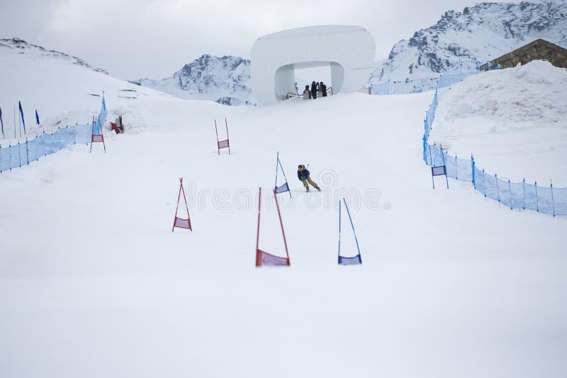 Esquiador en montañas fotografía de archivo libre de regalías