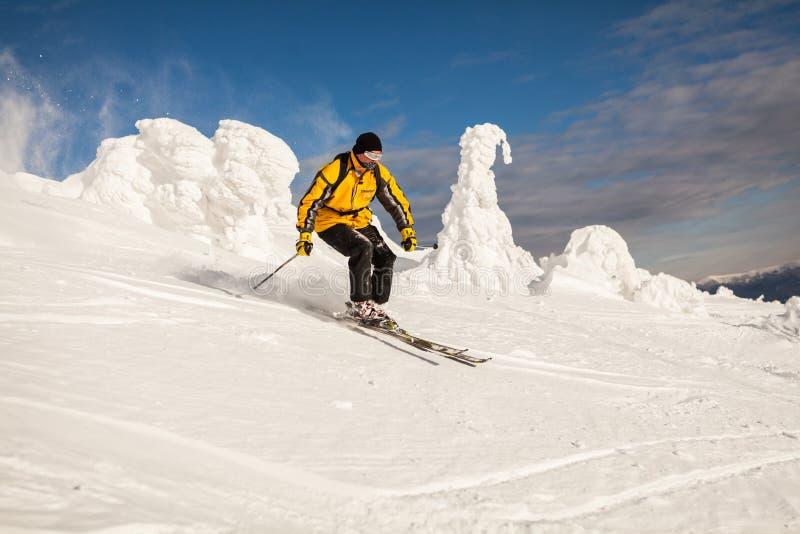Esquiador en montañas fotos de archivo