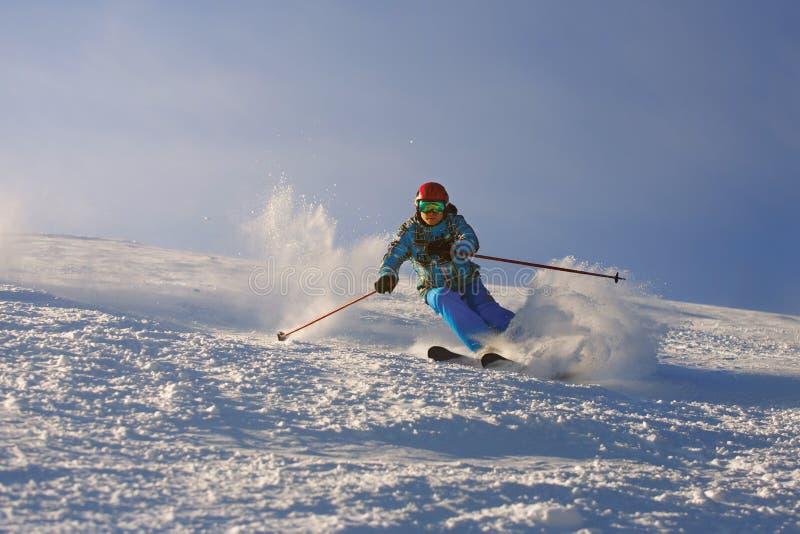 Esquiador en montañas imagenes de archivo