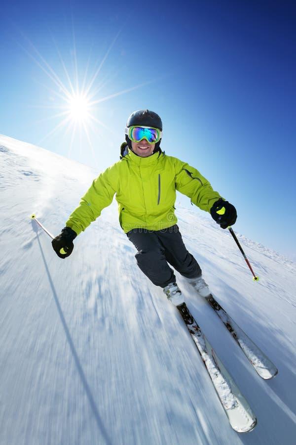 Esquiador en pise en altas montañas fotografía de archivo