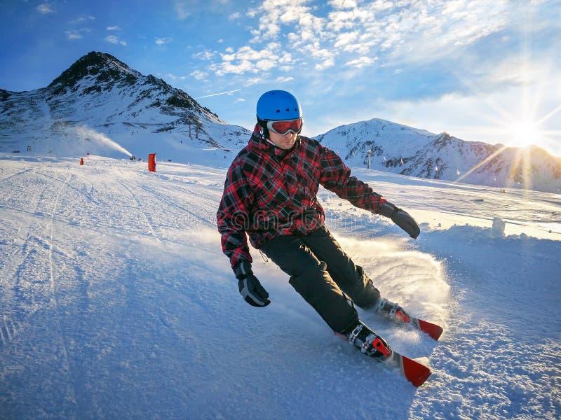 Esquiador en piste en altas montañas con el cielo hermoso el día soleado imágenes de archivo libres de regalías