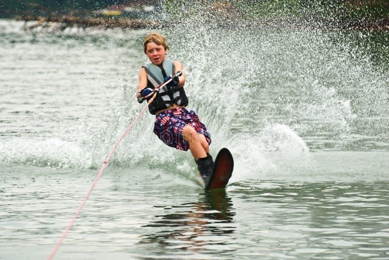 Esquiador/estaca do slalom do menino foto de stock