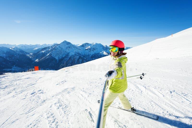 Esquiador fêmea feliz que toma a foto do selfie usando a vara foto de stock