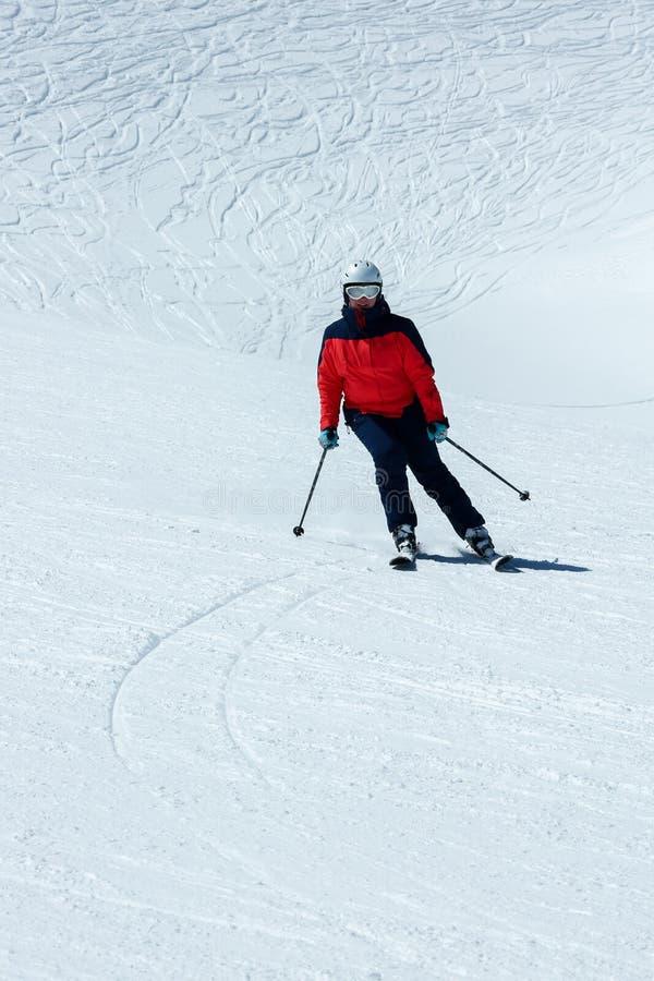 Esquiador fêmea na inclinação em declive Atividade recreacional do esporte de inverno fotografia de stock royalty free