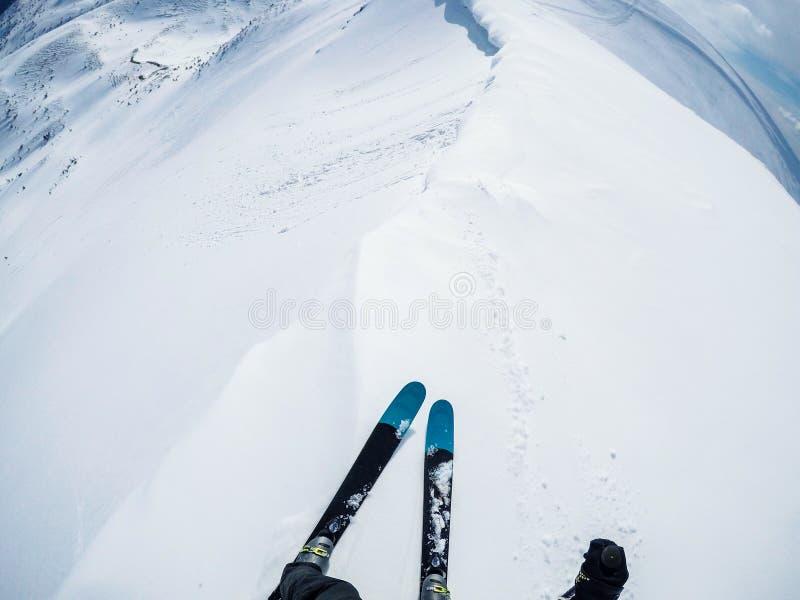 Esquiador freerider no pico de montanha pronto para o passeio imagens de stock