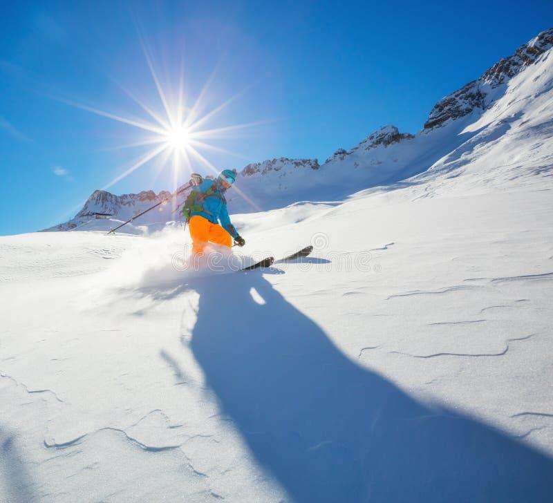 Esquiador Freerider que corre para baixo foto de stock