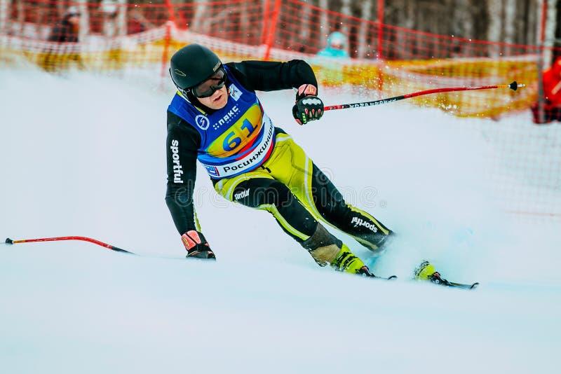 Esquiador masculino de meia idade após o revestimento da raça durante o copo do russo no esqui alpino foto de stock royalty free