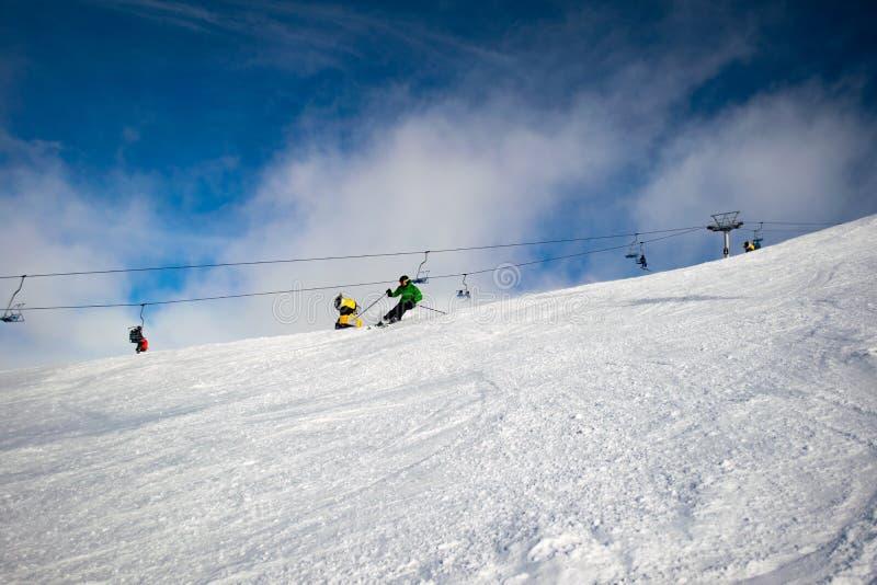 Esquiador masculino que cinzela abaixo de uma inclinação australiana do esqui fotografia de stock royalty free