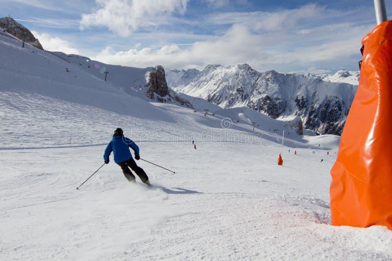 Esquiador na inclinação do esqui fotografia de stock