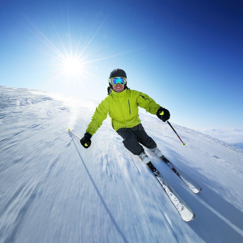 Esquiador na pista nas montanhas altas imagens de stock royalty free