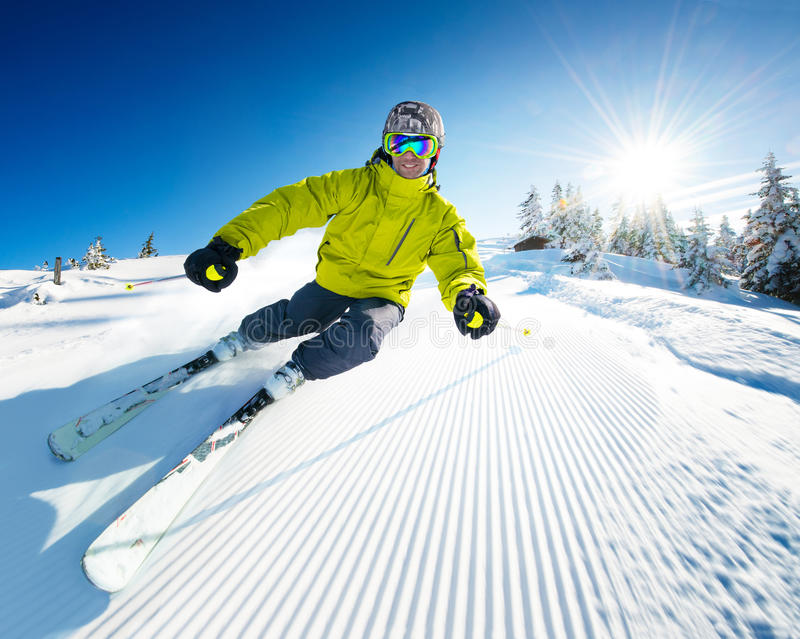 Esquiador na pista nas montanhas altas fotos de stock royalty free