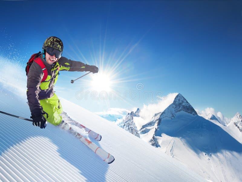 Esquiador nas montanhas imagens de stock royalty free