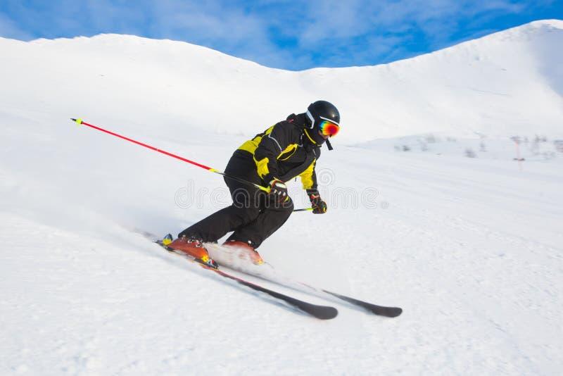 Esquiador nas montanhas foto de stock