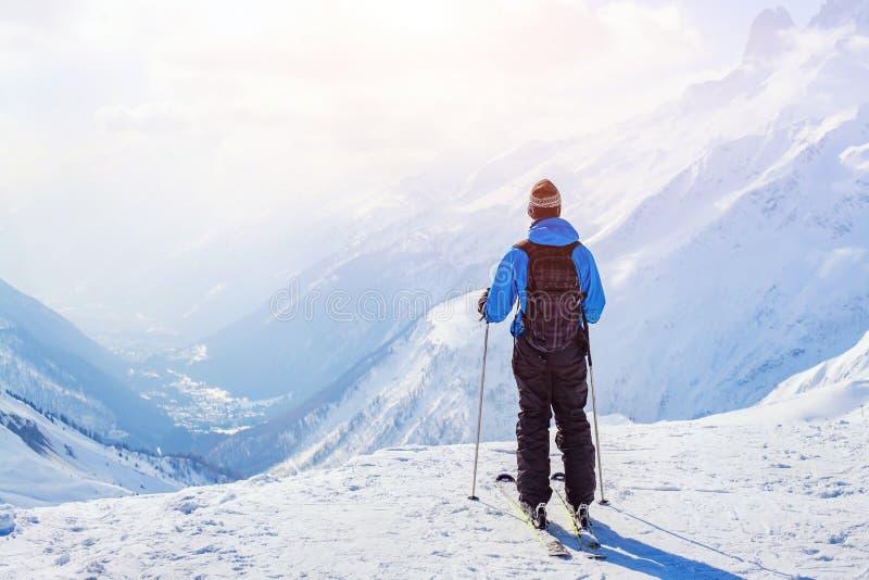 Esquiador no fundo bonito da montanha fotos de stock