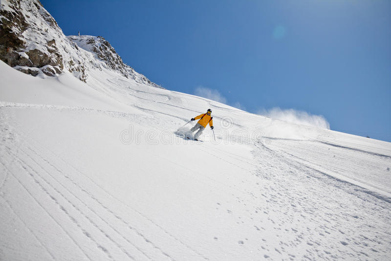 Esquiador no pó profundo, freeride extremo fotografia de stock