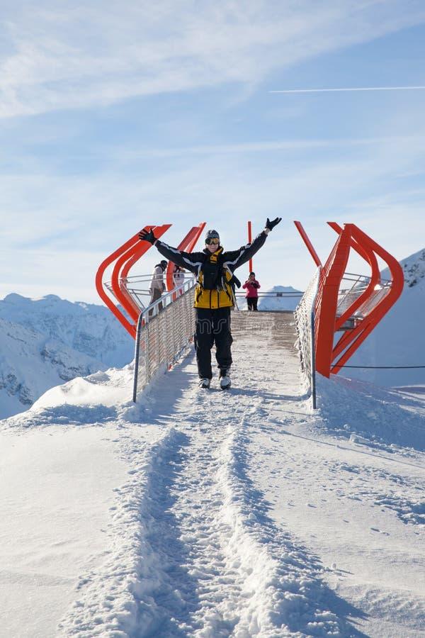 Esquiador no ponto do Mountain View de Stubnerkogel imagens de stock royalty free