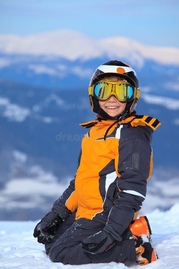 Esquiador novo na montanha nevado fotografia de stock