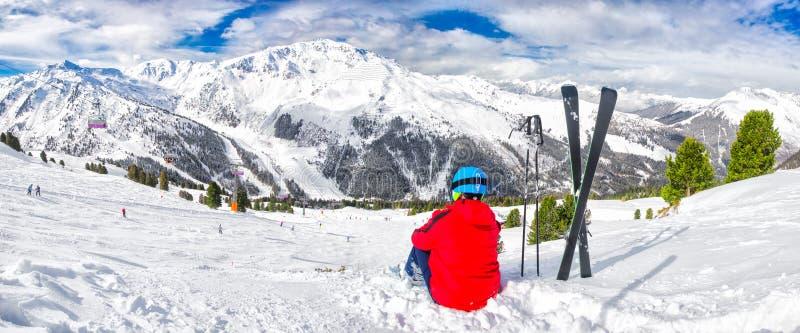 Esquiador novo que aprecia a vista em cumes de Tyrolian, Zillertal, Áustria foto de stock