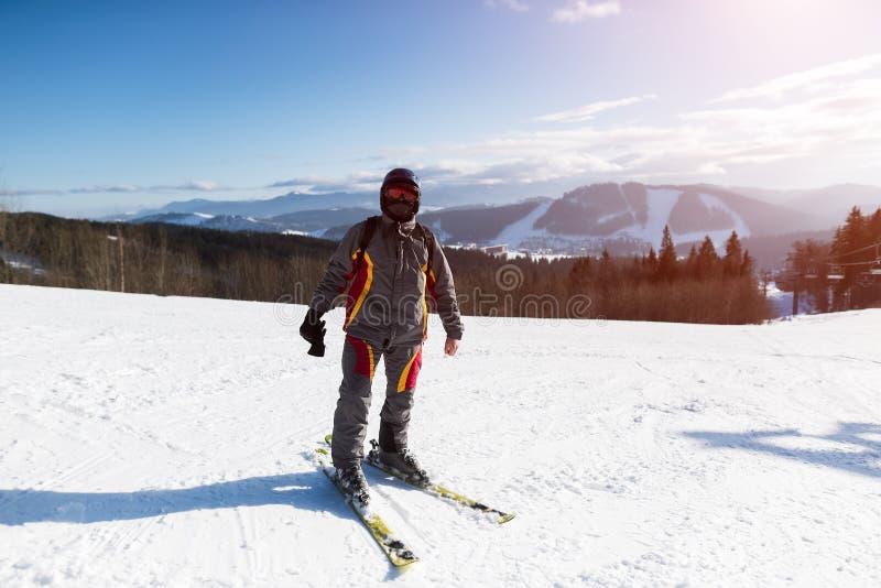 Esquiador profissional nas montanhas na estância de esqui foto de stock