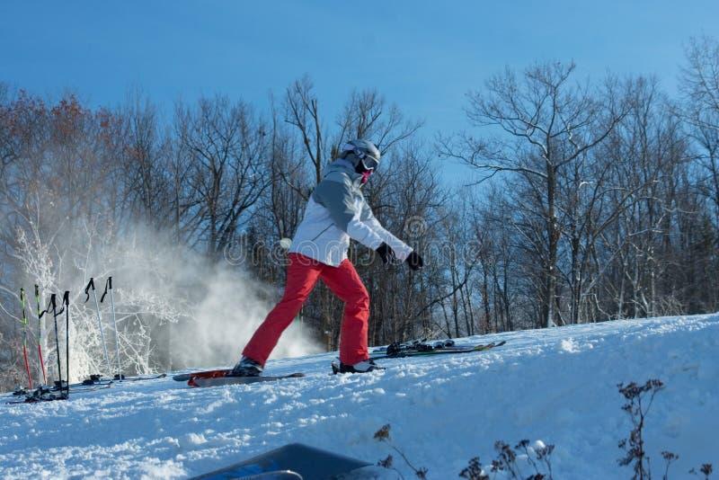 Esquiador que libera botas de Skiis em declive imagem de stock