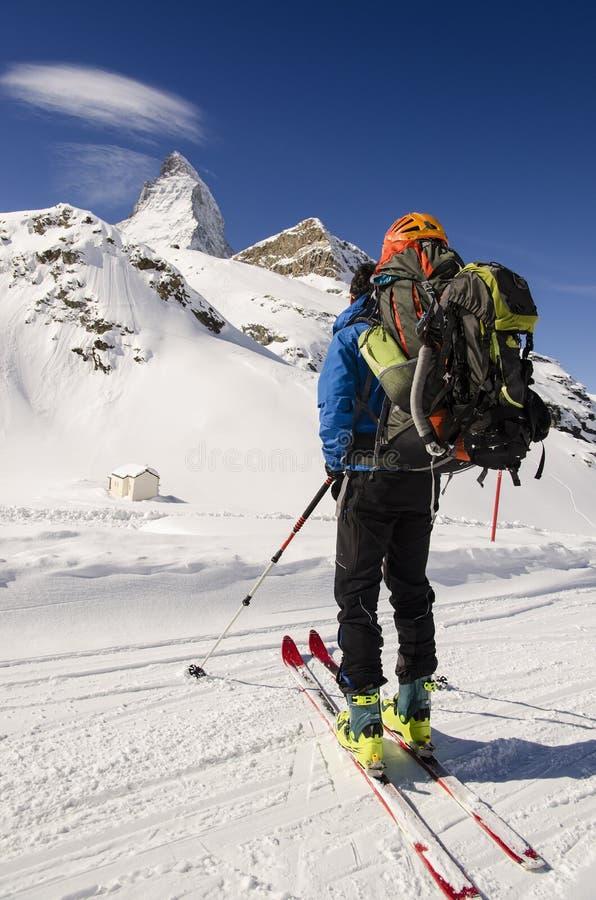 Esquiador que mira las montañas nevadas foto de archivo libre de regalías