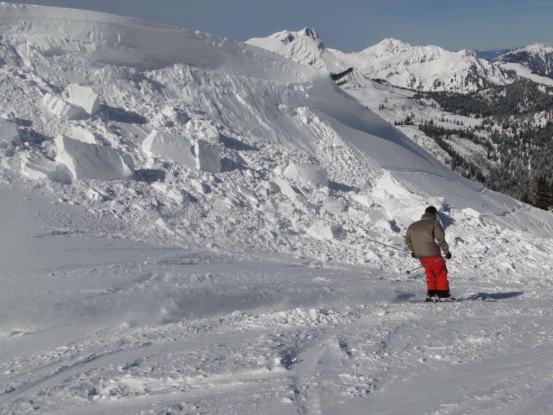 Esquiador que move-se através da entulho desmoronada do cornice imagens de stock