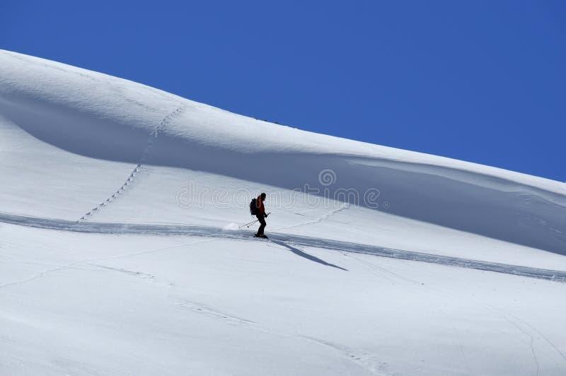 Esquiador solitario del rastro fotografía de archivo