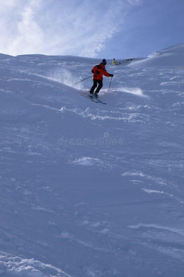 Esquiador vermelho na neve do pó, fotos de stock royalty free