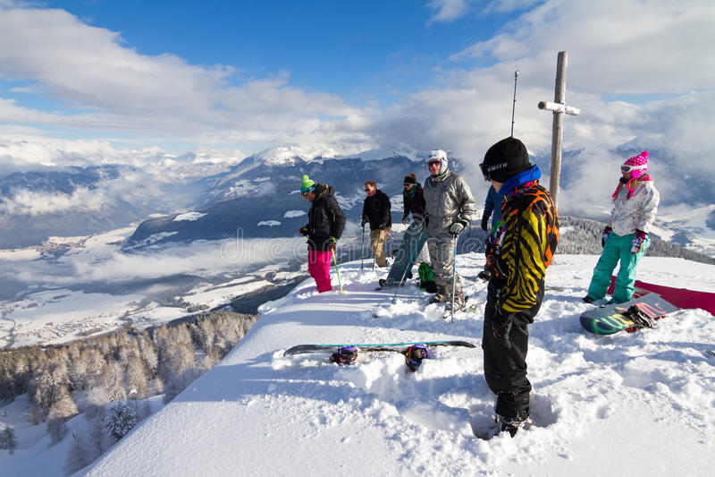 Esquiadores da cimeira foto de stock