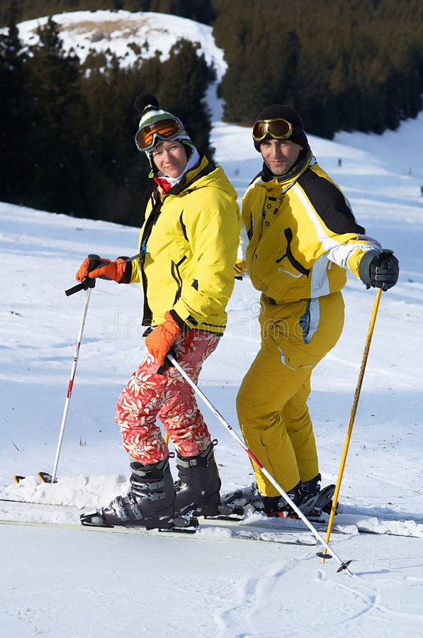Esquiadores da família de Yong na inclinação do esqui foto de stock