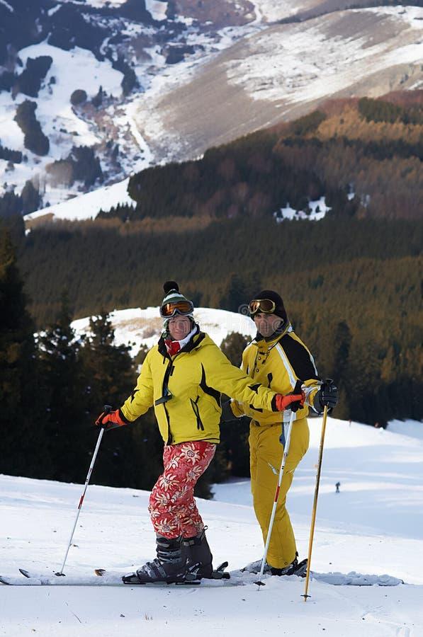 Esquiadores da família de Yong na inclinação do esqui imagens de stock royalty free
