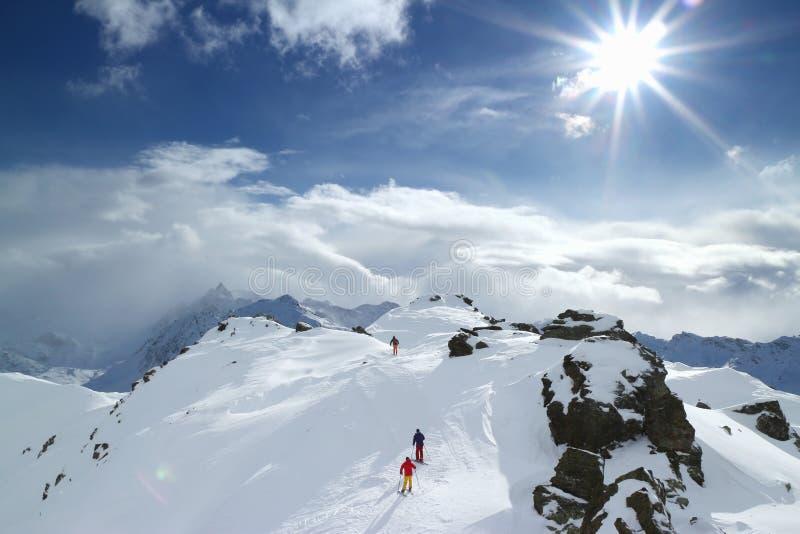 Esquiadores de visita alpinos foto de stock