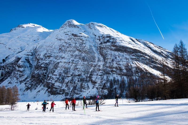 Esquiadores del campo a través en las montañas de Bessans - de Francia imagen de archivo libre de regalías