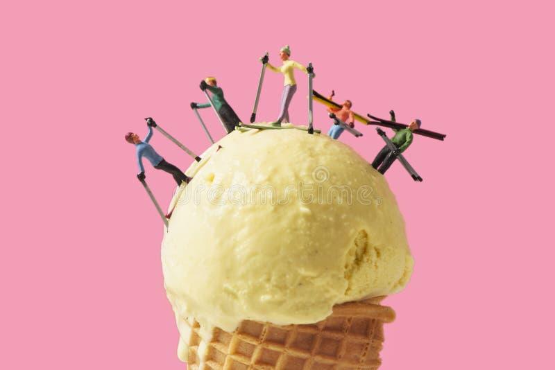 Esquiadores diminutos em um gelado imagens de stock royalty free