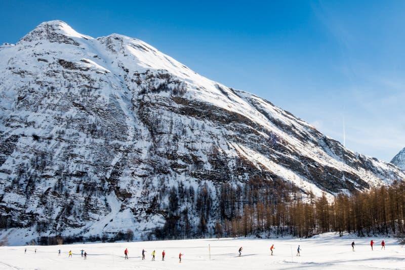 Esquiadores do corta-mato em cumes de Bessans - de França foto de stock
