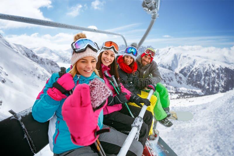 Esquiadores dos amigos que apreciam nas inclinações em férias do inverno e em miliampère imagem de stock royalty free