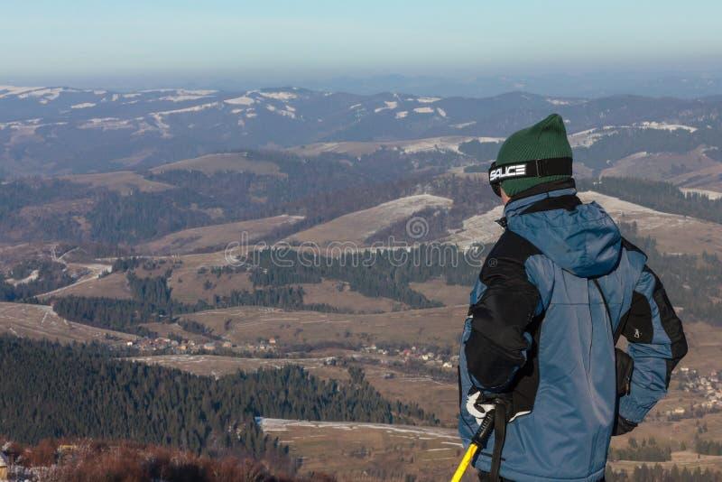 Esquiadores en cuestas del esquí en montañas cárpatas foto de archivo