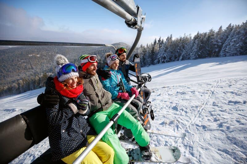 Esquiadores en el remonte que levanta en terreno del esquí imagen de archivo libre de regalías