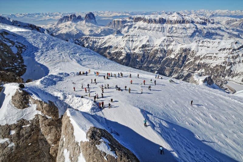 Esquiadores en la cuesta en el Dolomities fotos de archivo