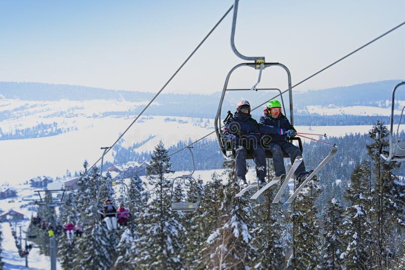 Esquiadores en la elevación fotografía de archivo