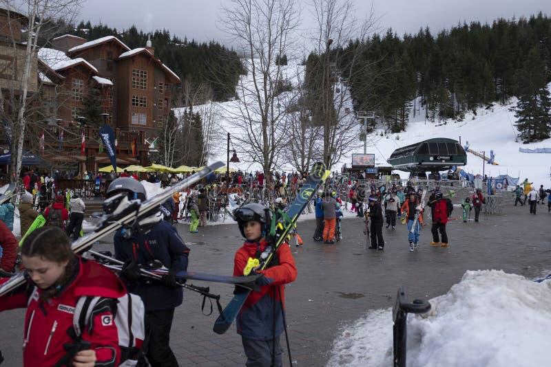 Esquiadores en la góndola del pueblo de Creekside, Columbia Británica imágenes de archivo libres de regalías