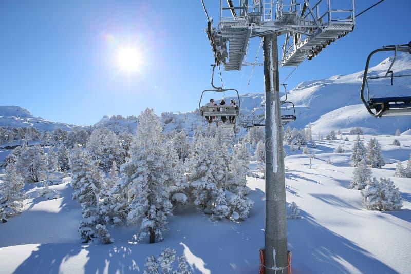 Esquiadores en la telesilla que va en el top de la montaña imágenes de archivo libres de regalías