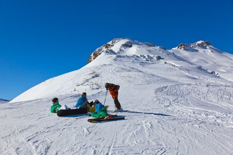 Esquiadores na estância de esqui Gastein mau Áustria das montanhas fotografia de stock