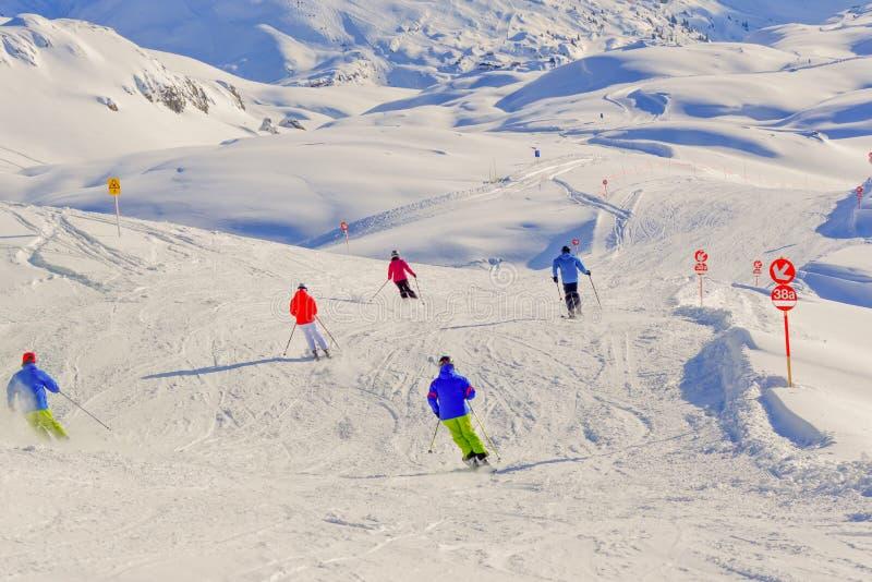 Esquiadores na neve fotografia de stock
