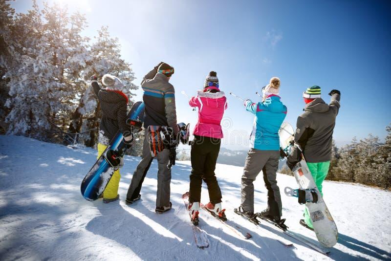 Esquiadores na parte superior da montanha, vista traseira imagens de stock royalty free