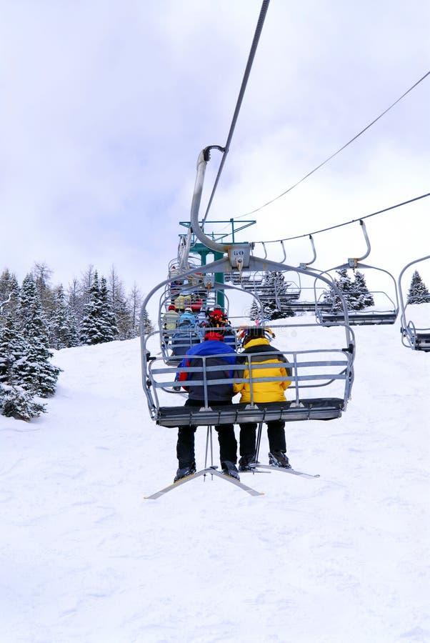 Esquiadores na telecadeira fotos de stock royalty free