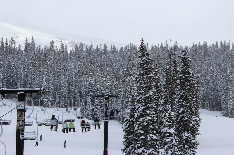 Esquiadores na telecadeira imagens de stock