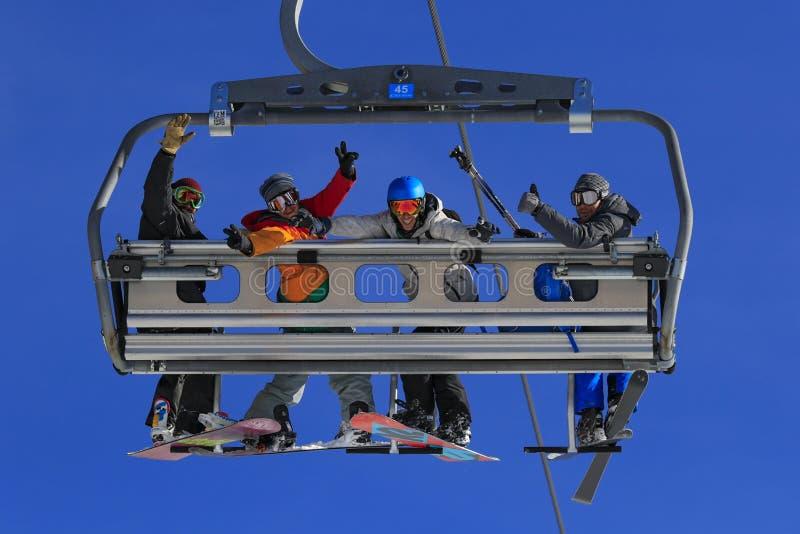 Esquiadores no elevador de cadeira imagens de stock royalty free