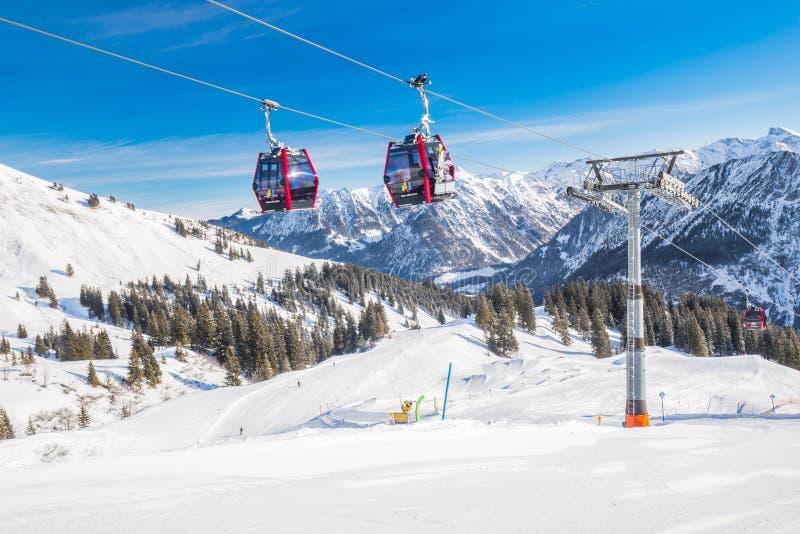 Esquiadores no teleférico que apreciam a vista impressionante aos cumes bávaros, Fellhorn, Oberstdorf, Alemanha fotografia de stock royalty free