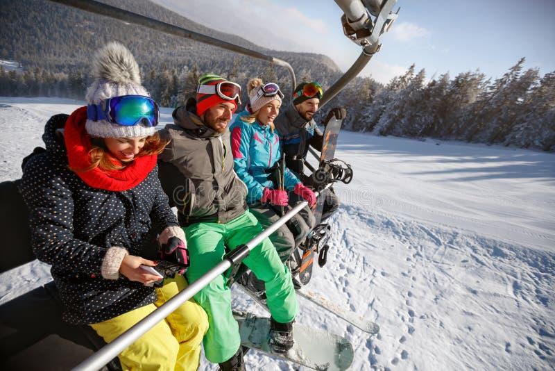 Esquiadores que levantan en terreno del esquí con el remonte imagen de archivo libre de regalías